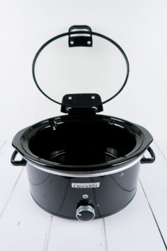 The hinged lid on the Crock-Pot 5.7l slow cooker