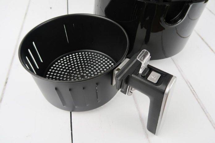 The non-stick removable pan in the VonShef Digital Air Fryer